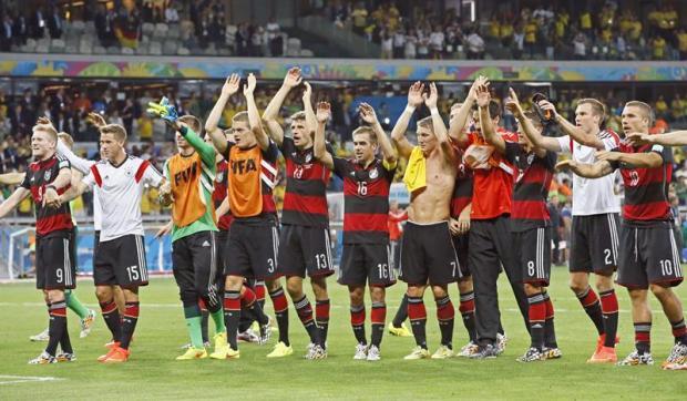 Foto  Dennis Sabangan   Agência EFE – Alemães festejam a vitória contra o  Brasil e agradecem o torcedor 5ca791d4f4cf8